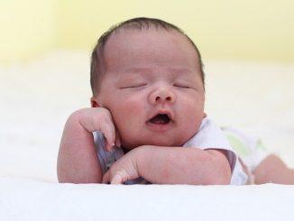 bébé dort sur le ventre